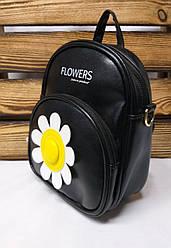 Маленькая сумка-рюкзак из искусственной кожи черного цвета с ромашкой