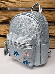 Маленький рюкзак из искусственной кожи голубого цвета с вставками цветов