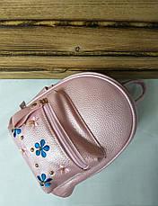 Маленький рюкзак из искусственной кожи светло розового цвета с вставками цветов, фото 3