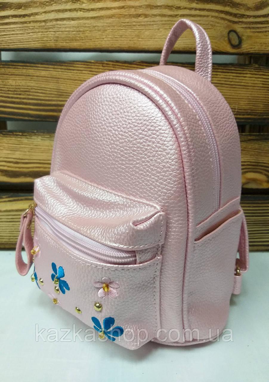 Маленький рюкзак из искусственной кожи светло розового цвета с вставками цветов