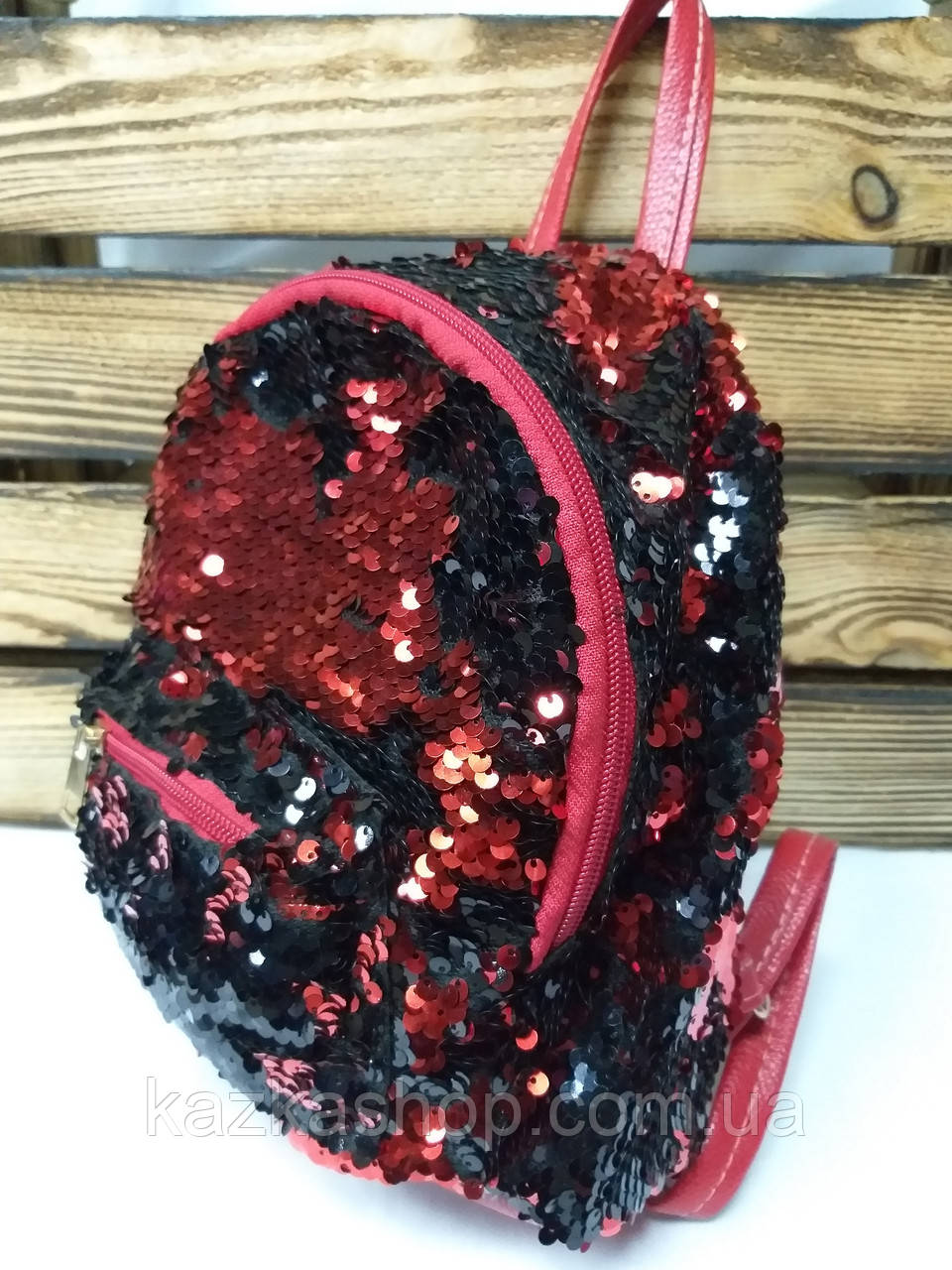 Маленький рюкзак с красными паетками и небольшими ушками