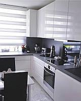 Белая кухня с черной столешницей из камня
