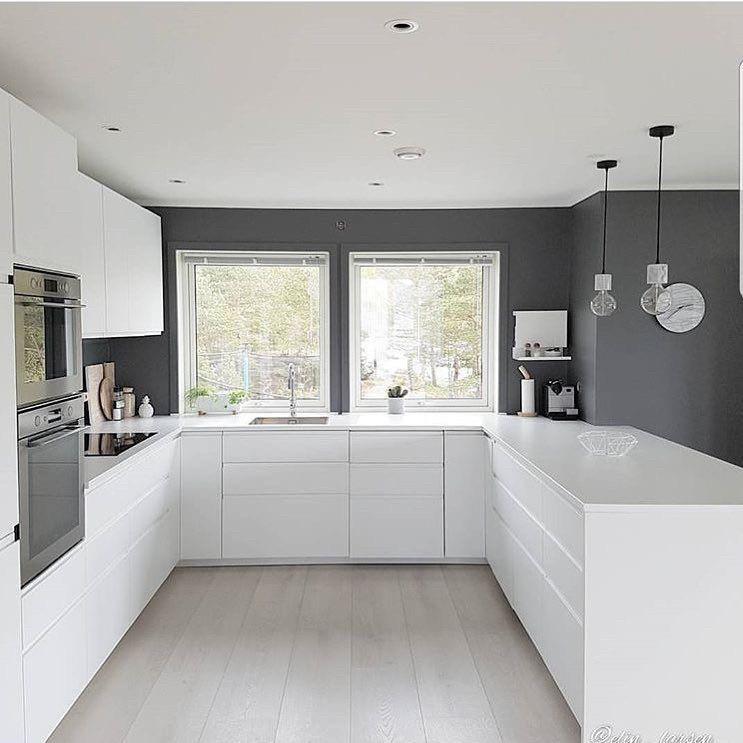 Біла кухня з переходом в підвіконня. стільниця камінь