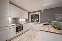 Белая кухня с переходом в подоконник и барной стойкой