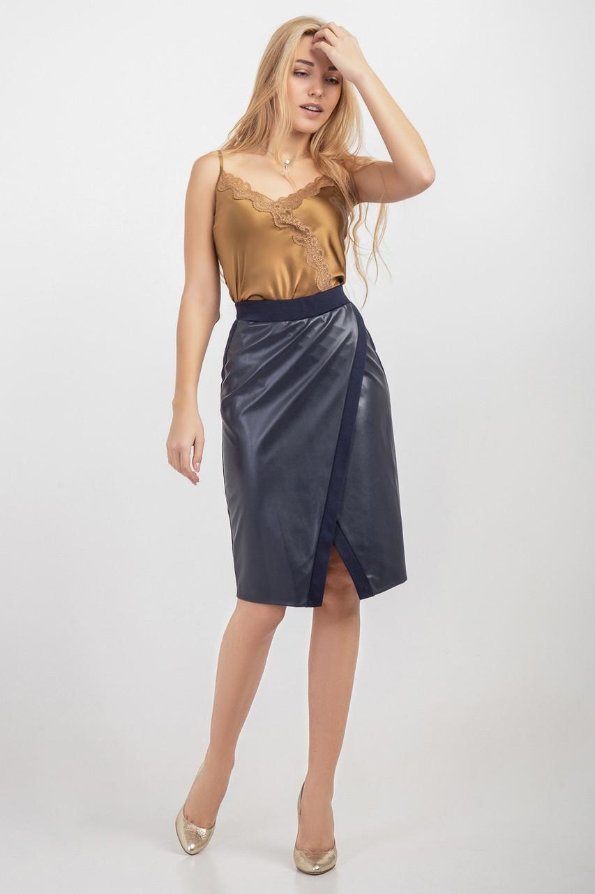 Прямая женская юбка дополнена эко-кожей синяя