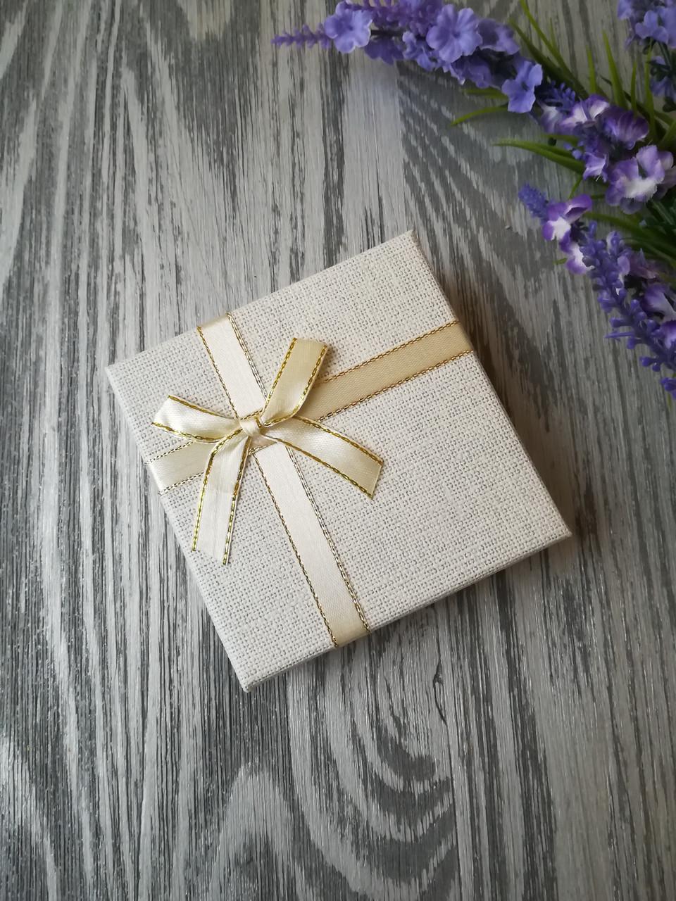 Коробка подарочная квадратная под украшения белая 90 * 90 * 35 мм