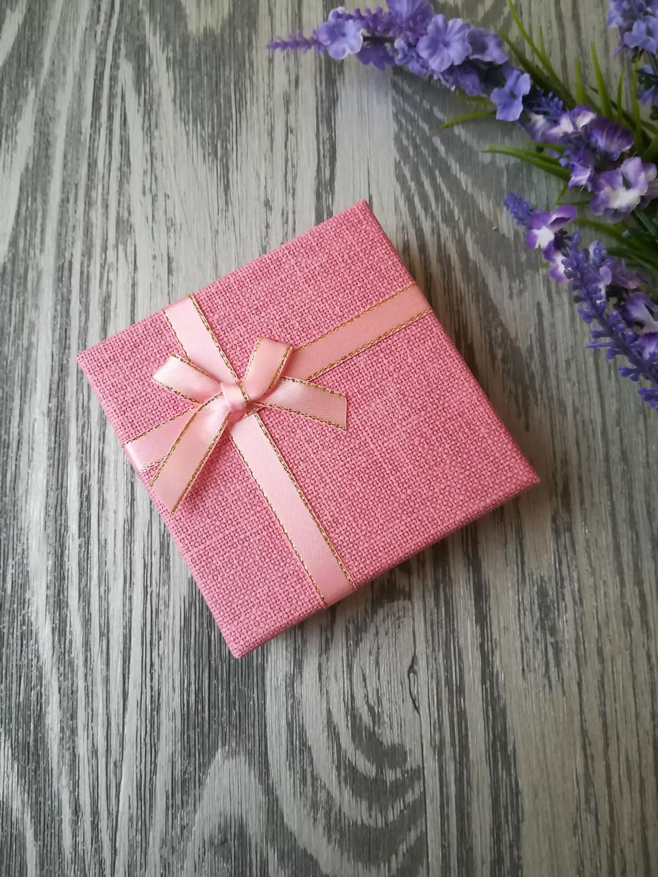 Коробка подарочная квадратная под украшения розовая 90 * 90 * 35 мм