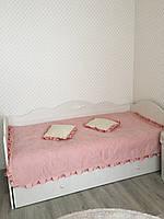 Розовое покрывало с рюшами
