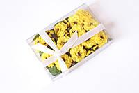 Набор декоративных цветочков с листиками в коробочке желтого цвета, фото 1