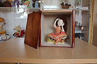 Вам не в чем перевезти Вашу куклу? Вы готовите прдарк, а домика для куклы нет? Тогда звоните нам, мы Вам поможем.