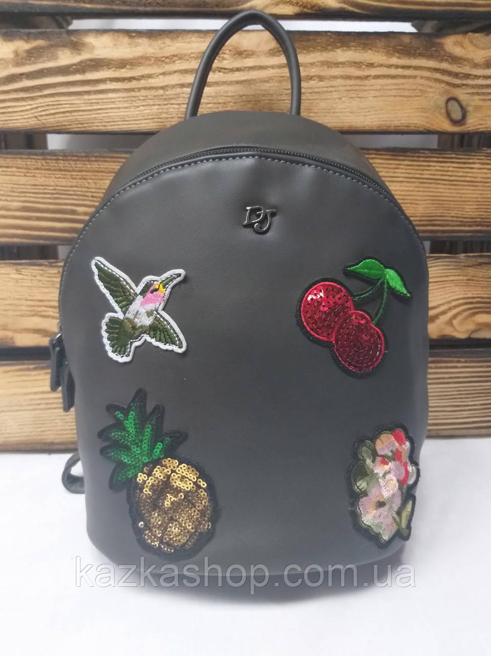 Женский рюкзак серого цвета на один основной отдел, оригинальной вышивкой спереди и логотипом David Jones