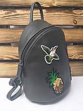 Женский рюкзак серого цвета на один основной отдел, оригинальной вышивкой спереди и логотипом David Jones, фото 3