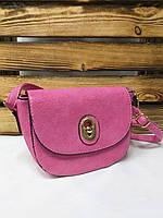 Женский клатч розового цвета, один отдел с клапаном на защелке и регулируемым ремнем