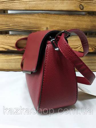 Женский клатч бордового цвета, один отдел, клапан с металлической вставкой и регулируемым ремнем, фото 2