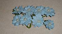 Бутоньерка ромашки голубой с жемчугом бумажной 3 шт