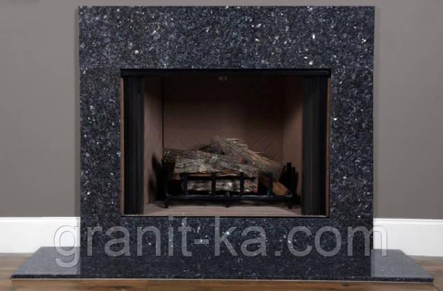 Камин в гостиной из гранита