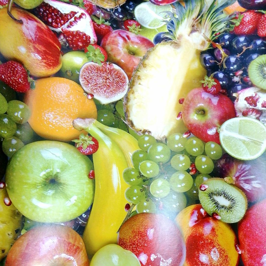 Аппетитные фрукты на столе. Скатерть отрезная