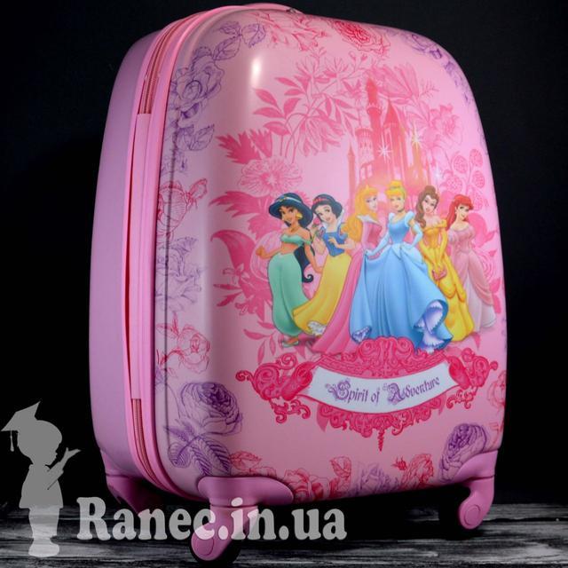 551b64dce6d9 Чемодан подойдет для детских поездок в лагерь или на море. На чемодане  защитная пленка. Украшен изображением принцесс. Материал пластик.