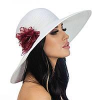Белая шляпа с цветком бордового цвета