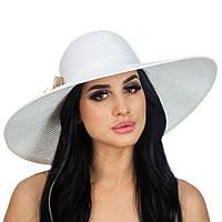 Белая шляпа с цветком золотистого цвета