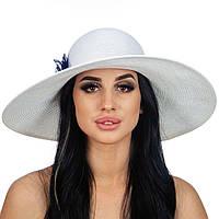 Белая шляпа с синим цветком