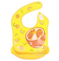 Нагрудник с жестким  пластиковым ковшом для крошек и жидкости Апельсин желтый (02495), фото 1