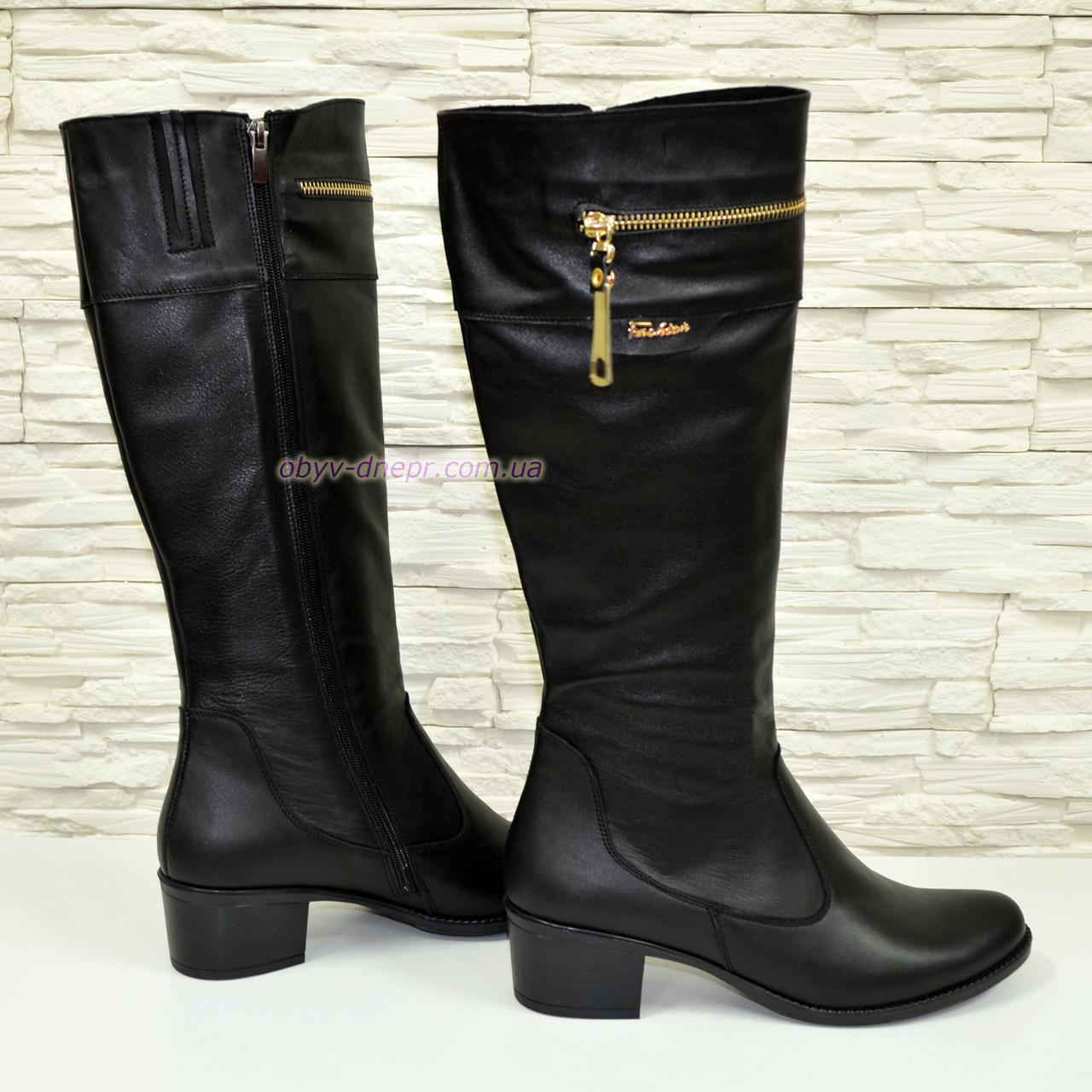 Женские кожаные сапоги на устойчивом каблуке, декорированы молнией.