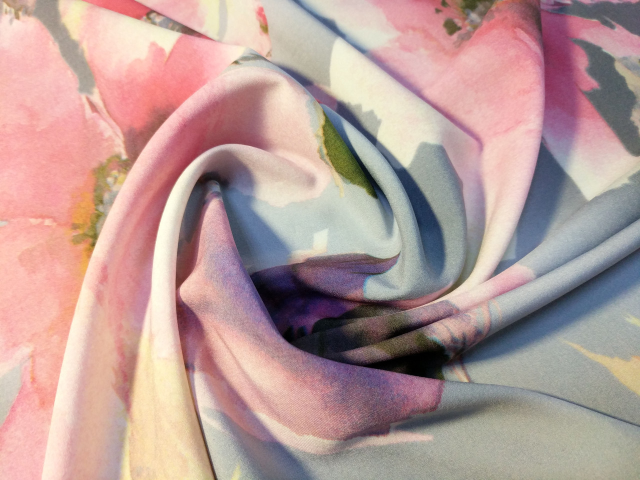 Вискоза софт 3Д крупные цветы, серый