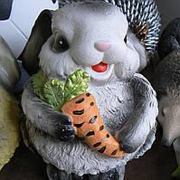 Садовая фигурка Зайчик с морковкой 18 см.