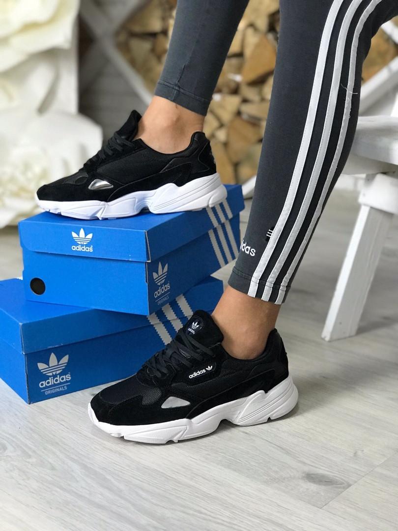 Кроссовки женские Adidas.
