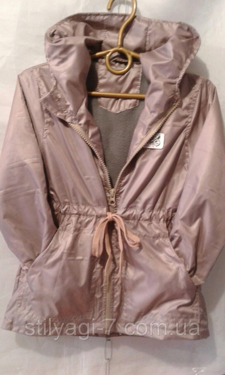 Куртка ветровка на флисе для девочки 2-6 лет бежевого цвета с капюшоном оптом