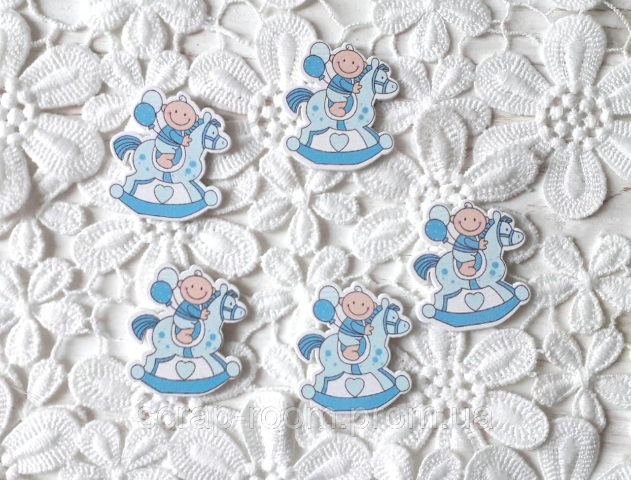 Деревянный кабошон детский Малыш на лошадке, baby мальчик, голубой цвет