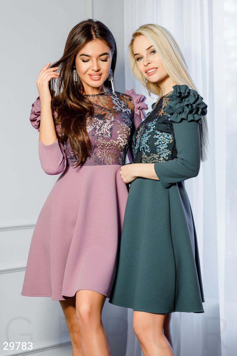 Вечернее сиреневое платье с оборками на плечах