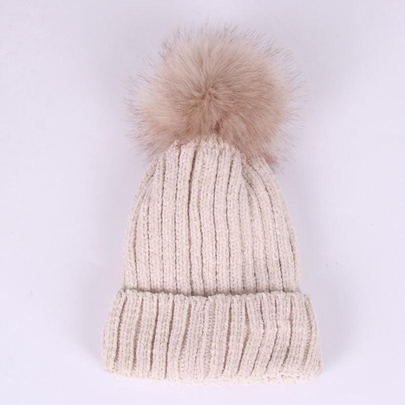 Велюровая зимняя женская бежевая шапка с помпоном
