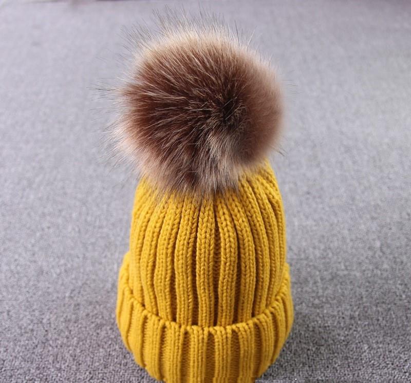 Молодежная теплая шапка с отцепным помпоном желтая