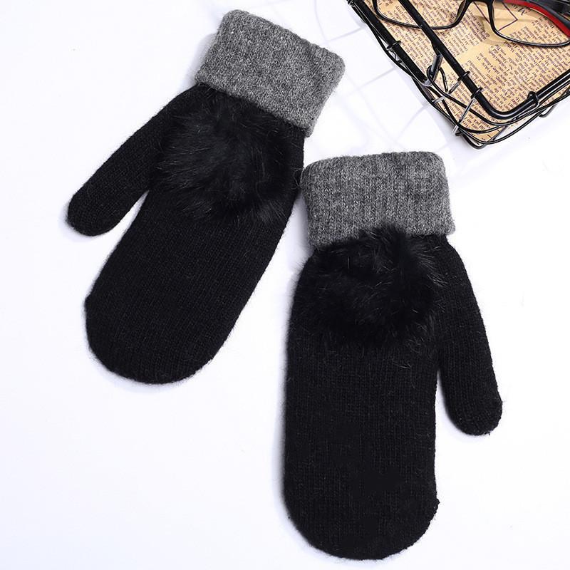 Зимние варежки женские черные на флисе с помпоном