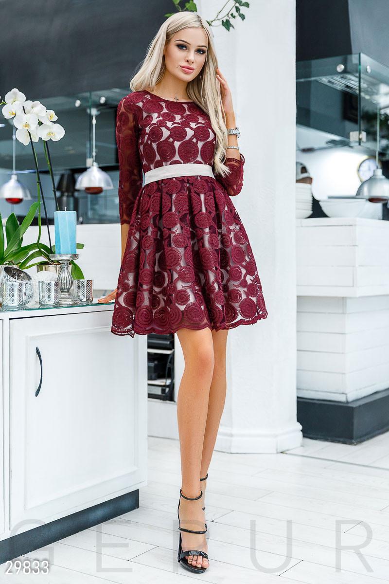 Бордовое вечернее платье мини с поясом