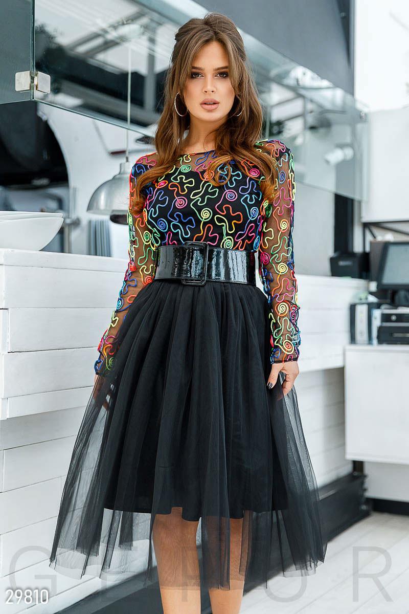 Пишна сукня з яскравим принтом і широким поясом