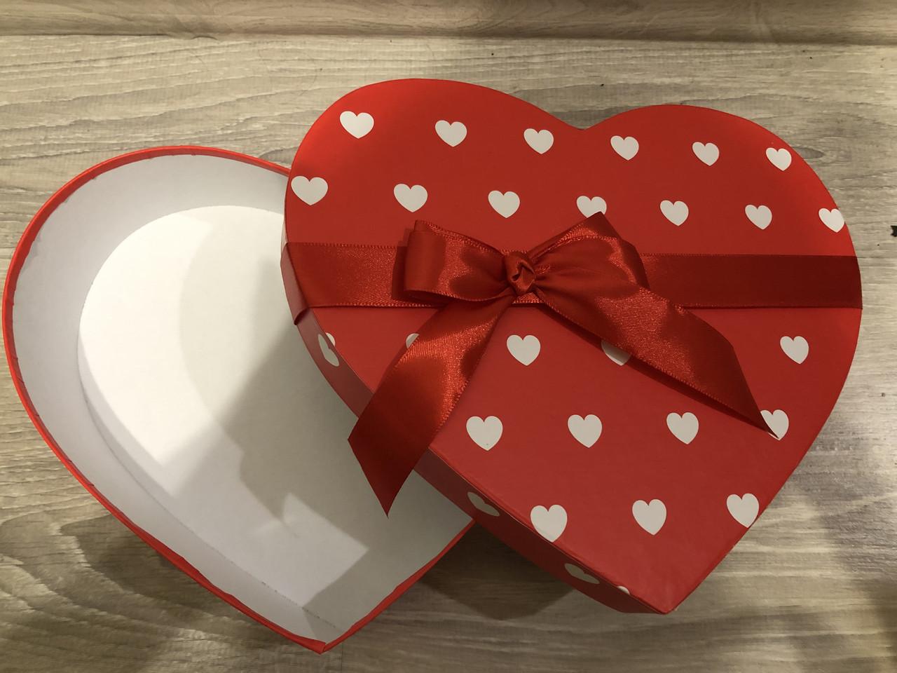 Подарочная бумажная коробка Сердце с лентой 250*200*60 мм