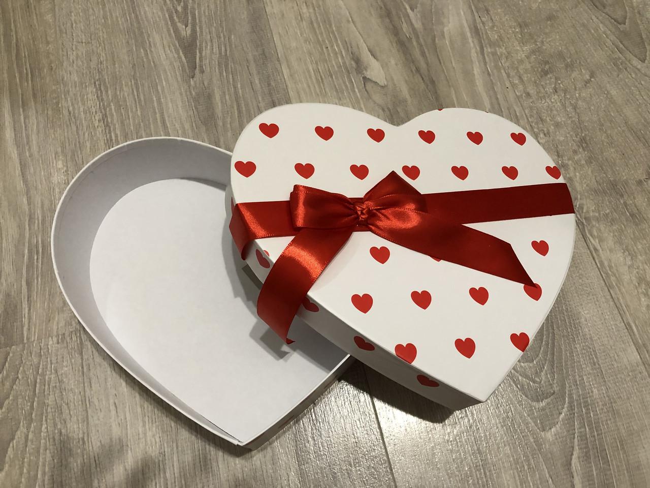 Подарочная бумажная коробка Сердце 250*200*60 мм Белый с лентой