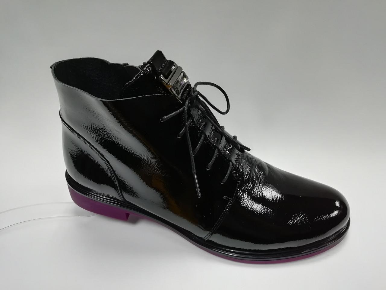 Кожаные ботиночки на молнии и шнуровке.