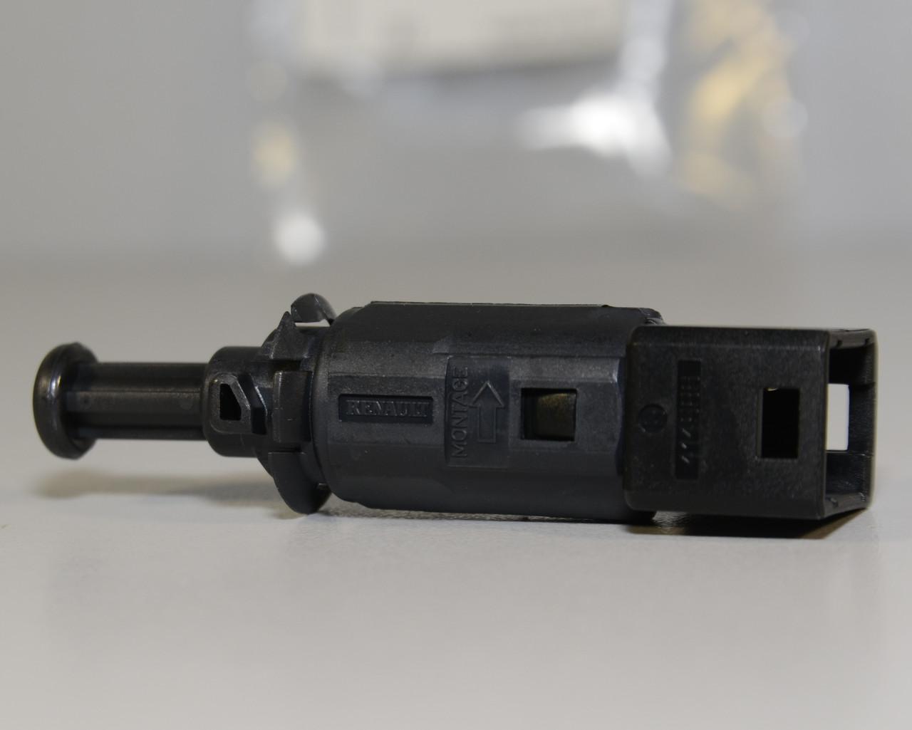 Включатель заднего стоп-сигнала (чёрный) на Renault Trafic II 2001->2014 — (Renault Оригинал) - 7700414986