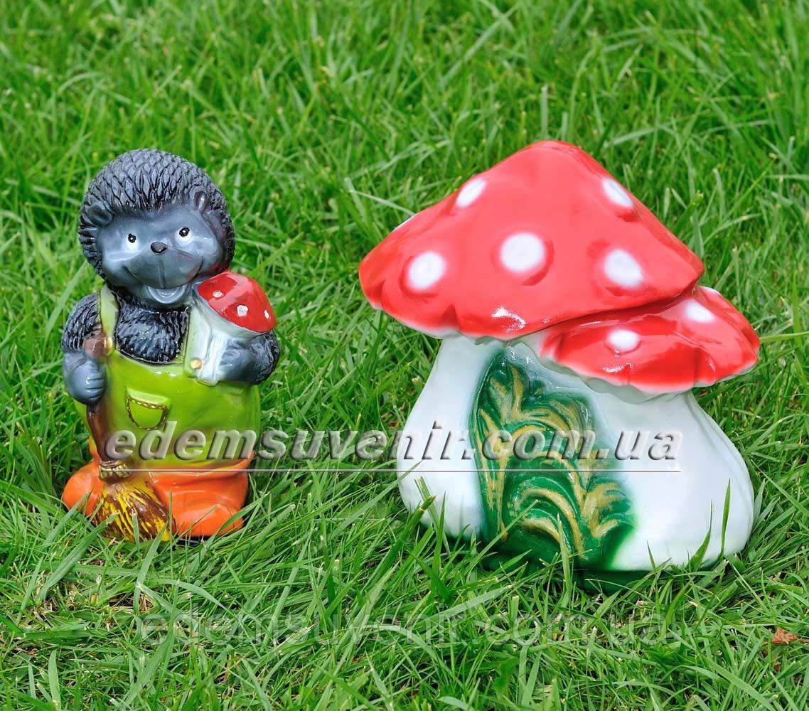 Садовая фигура Еж с метлой и Мухоморы