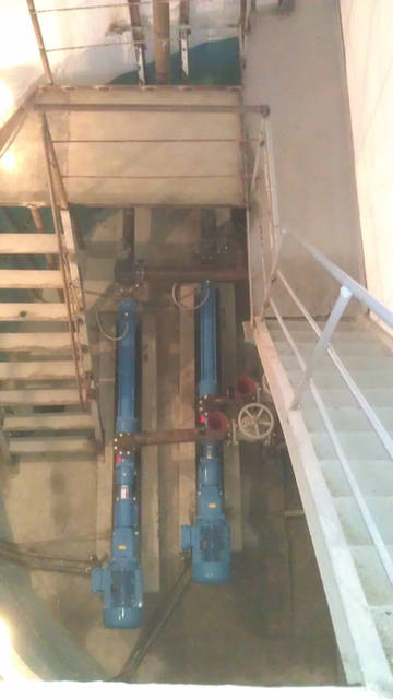 Насосы смонтированы в помещении канализационной насосной станции.