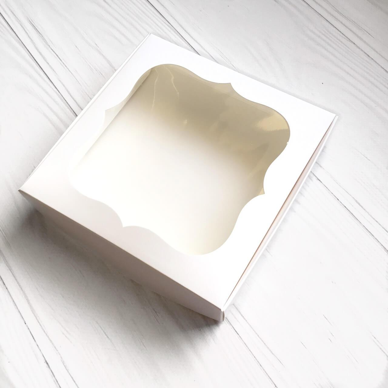 Коробка (белая) картонная подарочная 150*150*30 мм для подарков с окошком