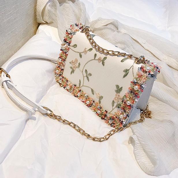 Сумка женская через плечо с вышивкой и цветами Белый