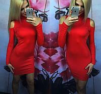 Короткое трикотажное платье с вырезами на плечах