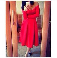 Платье с открытыми плечами с поясом красное.