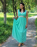 Красивое длинное платье мятного цвета с камнями