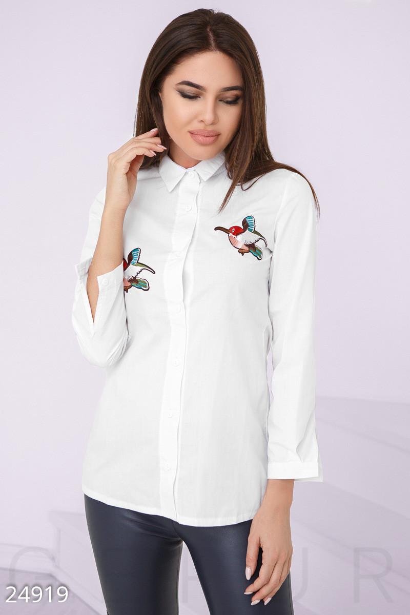 Белая рубашка с принтом птицы